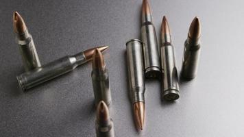 Disparo giratorio cinematográfico de balas sobre una superficie metálica - balas 005