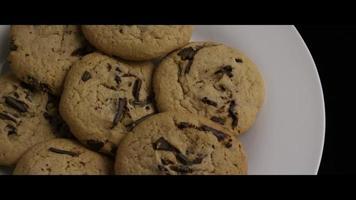 filmische, roterende opname van koekjes op een bord - koekjes 015 video