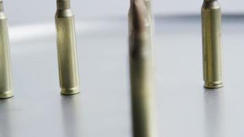 Tiro cinematográfico giratorio de balas sobre una superficie metálica - balas 063