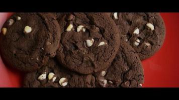 Plano cinematográfico giratorio de galletas en un plato - cookies 032