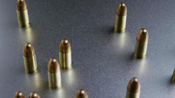 Disparo giratorio cinematográfico de balas sobre una superficie metálica - balas 049