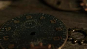 Imágenes de archivo giratorias tomadas de caras de relojes antiguas y desgastadas - caras de relojes 095 video