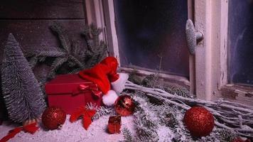 Ventana de invierno con regalos de decoración navideña.
