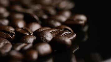 Foto giratoria de deliciosos granos de café tostados sobre una superficie blanca - granos de café 026
