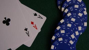 Foto giratoria de cartas de póquer y fichas de póquer sobre una superficie de fieltro verde - póquer 052