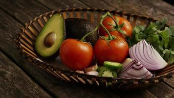 colpo rotante di bellissime verdure fresche su una superficie di legno - barbecue 123
