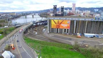 imágenes de drones sobre un puente mientras pasa el tren