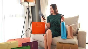 mujer de compras online con tarjeta de crédito video