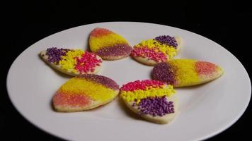 Foto cinematográfica, giratoria de galletas de pascua en un plato - cookies easter 011