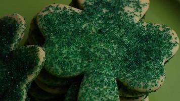 filmische, rotierende Aufnahme von Saint Patty's Day Cookies auf einem Teller - Cookies St Patty 029 video