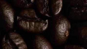 Foto giratoria de deliciosos granos de café tostados sobre una superficie blanca - granos de café 010