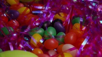 colpo cinematografico e rotante di biscotti di Pasqua su un piatto - biscotti di Pasqua 026