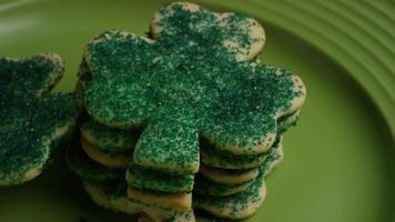 filmische, rotierende Aufnahme von Saint Patty's Day Cookies auf einem Teller - Cookies St Patty 027 video