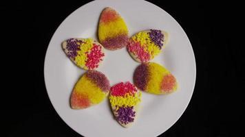 Plano cinematográfico, giratorio de galletas de Pascua en un plato - cookies easter 002
