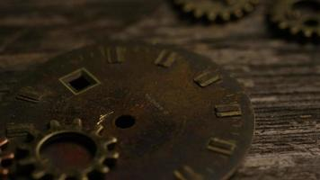 Imágenes de archivo giratorias tomadas de caras de relojes antiguas y desgastadas - caras de relojes 068 video