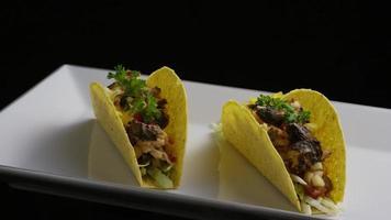 Foto giratoria de deliciosos tacos de pescado - comida 001