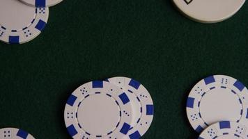 Foto giratoria de cartas de póquer y fichas de póquer sobre una superficie de fieltro verde - póquer 018