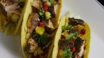 Foto giratoria de deliciosos tacos de pescado - comida 010