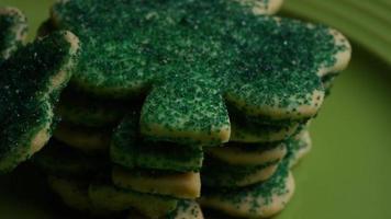 cena cinematográfica e giratória de biscoitos do dia de São Patrício em um prato - biscoitos de São Patrício