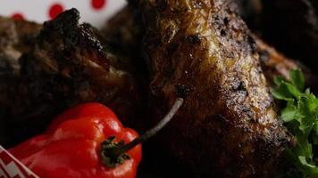 dose rotativa de deliciosas asas de frango - comida 017