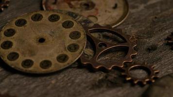 Imágenes de archivo giratorias tomadas de caras de relojes antiguas y desgastadas: caras de relojes 092 video