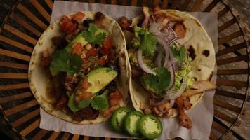 Foto giratoria de deliciosos tacos sobre una superficie de madera - barbacoa 144