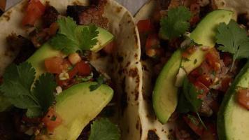Tir rotatif de délicieux tacos sur une surface en bois - bbq 131
