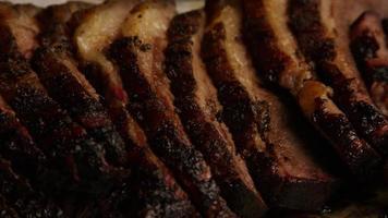 rotierender Schuss von köstlichem geräuchertem Bruststück - Grill 087