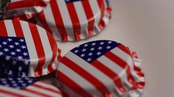 roterend schot van kroonkurken met de Amerikaanse vlag erop gedrukt - kroonkurken 035