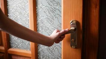 se abre una puerta