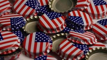 roterend schot van kroonkurken met de Amerikaanse vlag erop gedrukt - kroonkurken 033