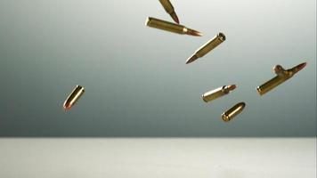 balas caindo e quicando em câmera ultra lenta (1.500 fps) em uma superfície reflexiva - balas fantasma 018