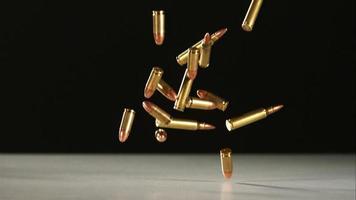 balas caindo e quicando em câmera ultra lenta (1.500 fps) em uma superfície reflexiva - balas fantasma 027