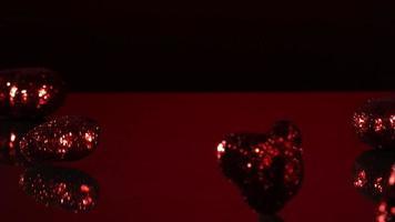 Valentinstag Dekorationen fallen und springen in Ultra-Zeitlupe (1.500 fps) auf einer reflektierenden Oberfläche - Valentinstag Phantom 007