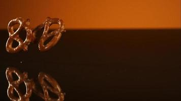 salatini che cadono e rimbalzano in ultra slow motion (1.500 fps) su una superficie riflettente - pretzel phantom 023
