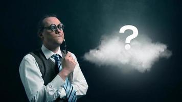 nerd ou geek engraçado olhando para uma nuvem voadora com um ícone de ponto de interrogação giratório video