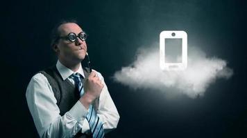 gracioso nerd o geek mirando a una nube voladora con un icono de teléfono giratorio