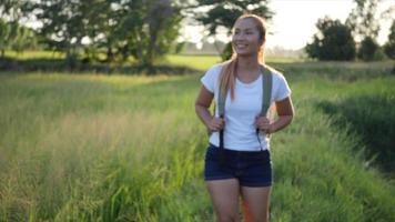 Randonnée femme trekking avec sac à dos marche en forêt