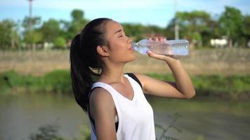 jovem bebendo água após o exercício