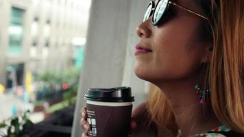 close-up de uma linda mulher degustando café perto da rua video