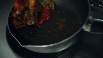 cámara lenta: los chefs están preparando y cocinando alimentos en la cocina de un restaurante.