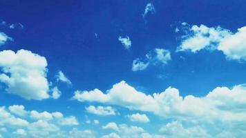 lapso de tempo lindo crepúsculo fofo tempestade nublado céu azul fluindo suavemente para a mente fantástica.