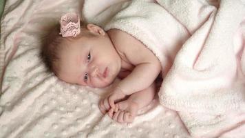 a menina recém-nascida está dormindo na cama, bons sonhos com o bebezinho, um sono saudável.