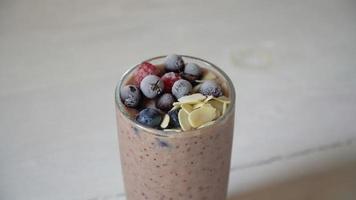smoothie marrom misturado com ingredientes ou coquetel no fundo branco. video