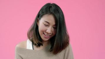 Joven mujer asiática con smartphone comprando compras en línea con tarjeta de crédito sintiéndose feliz sonriendo.