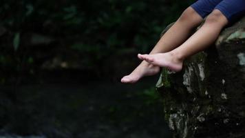 Nahaufnahme von Beinen, die sich in der Natur entspannen.