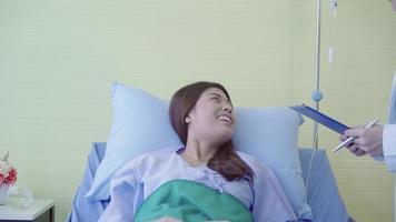 médico asiático y su paciente discutiendo video
