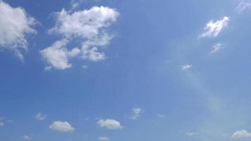 nuvens brancas se movendo