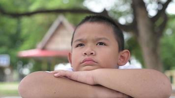 un niño parece aburrido solo en el parque video