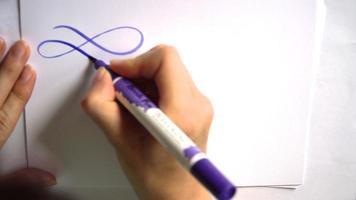riccioli calligrafici con un pennello